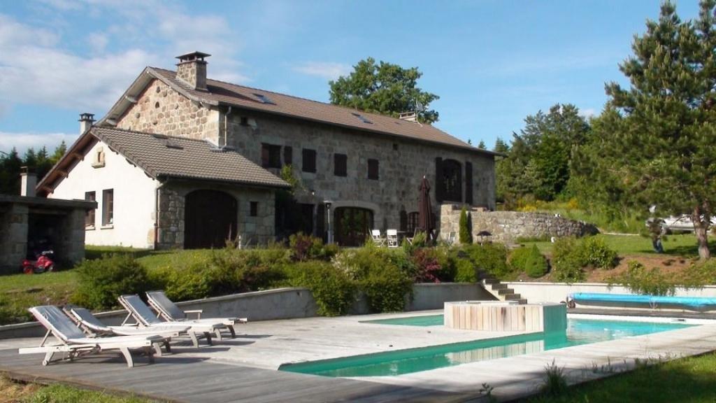 Gite de groupe haute loire demeure de 1850 avec piscine for Auvergne gites avec piscine