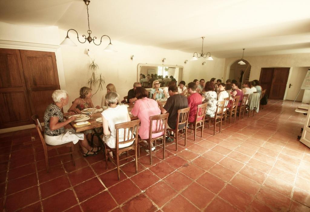 Gite de groupe alpes de haute provence monastere de segries for Salle a manger monastere