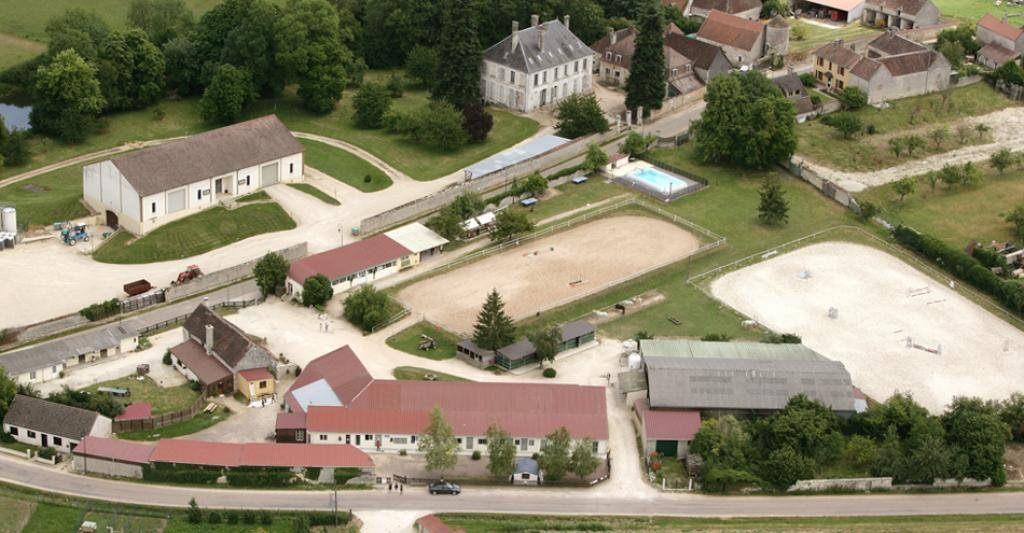 Gite de groupe yonne domaine equestre du chateau de chemilly for Bourgogne gite avec piscine